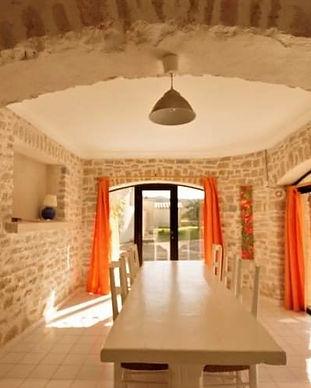 gite-Agora-le-petit-Vialto-séjour-avec-mur-en-pierre.JPG