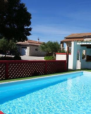 Gite-le-petit-Vialto-domaine-de-gites-avec-piscine.jpg