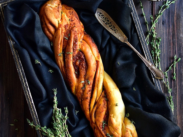 PIMIENTO THYME TWISTED BREAD