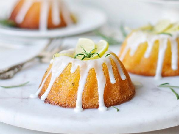 GLUTEN-FREE ROSEMARY AND LEMON SYRUP CAKE
