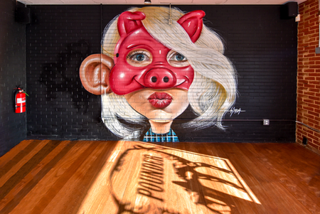 """4º Mural: Este mural retratei a gerente do Pig Pounder sem deixar de ser """"Big Ears"""".  Fourth Wall: this wall is representing Pig Pounder's manager on a """"Big Ears"""" style."""