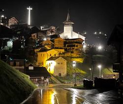 Croix et village de nuit