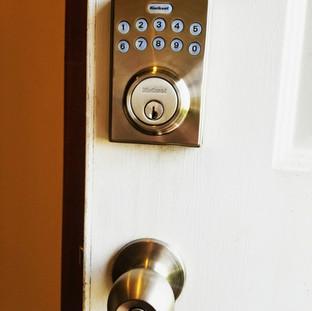 Kwikset Electronic Deadbold and door knob