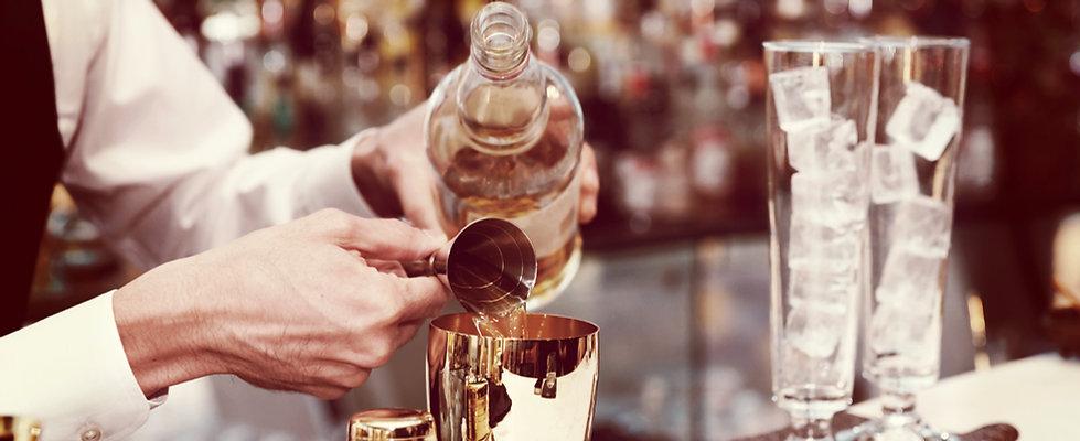 Barkeeper barmixer Bar-Service Cocktails mixen
