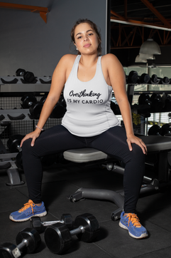 mockup-of-a-woman-at-a-gym-wearing-a-plu