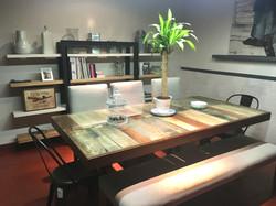 Mesa hecha de tarimas de construcion