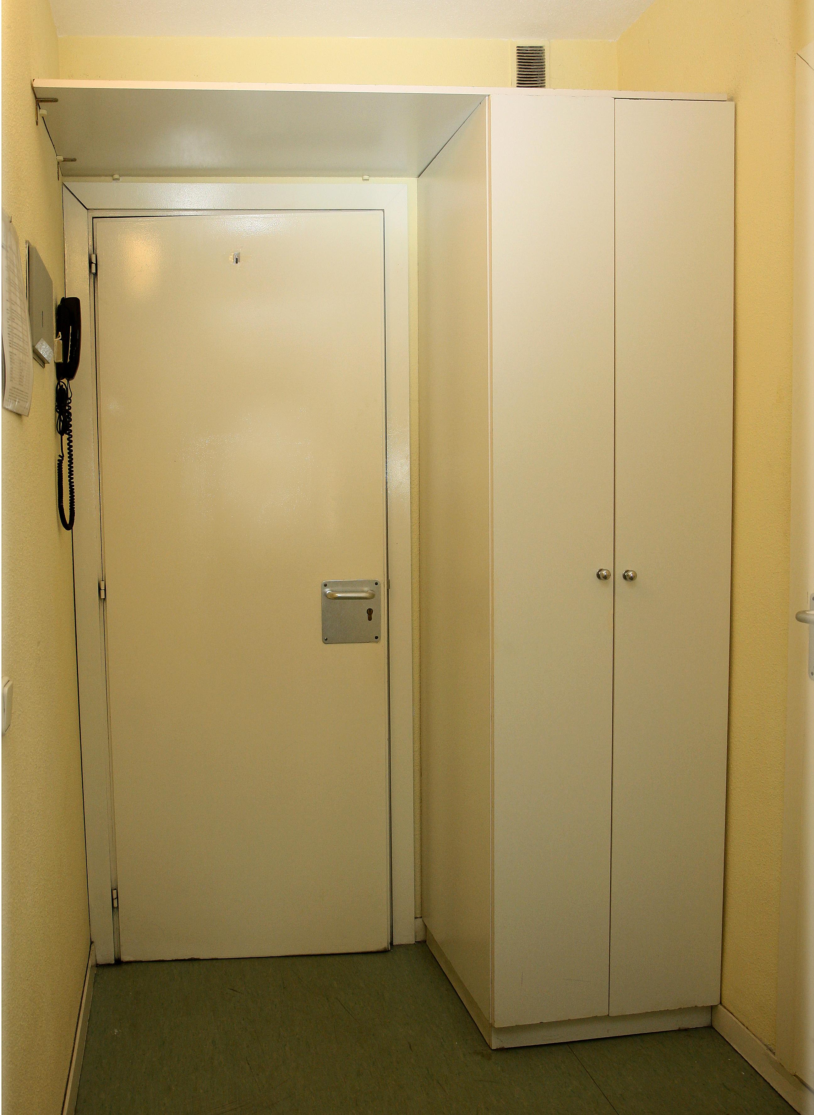 Armario y puerta de entrada