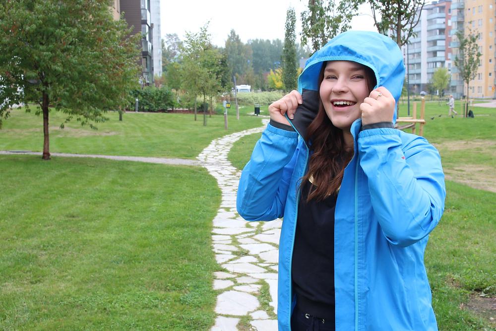 Nainen Järvenpäässä, Mirka Helander muuttaa ulkomaille. Ulkosuomalainen. Ulkomaille muutto.