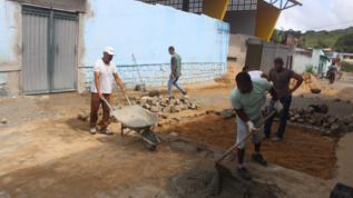 Prefeitura de Ubaitaba intensifica recuperação de calçadas públicas.