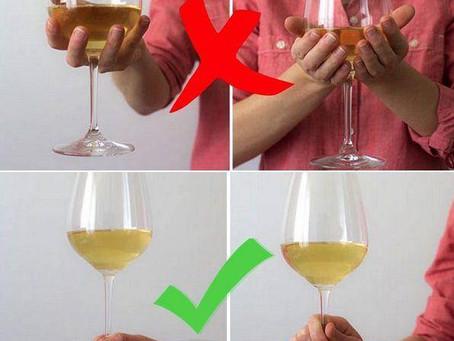 Только 1 из 100 человек правильно держит бокал с вином. Проверьте себя