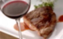 Мясо с бокалом красного вина