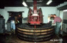Прессование винограда для производства шампанского