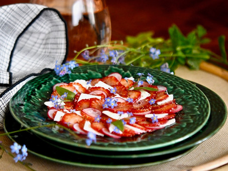 Carpaccio de fraises à la feta et myosotis