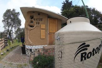 Unidad doble de sanitario seco desviador de orina, proyecto de transformación socio-tecnológica para el manejo sustentable de residuos orgánicos.  Foto: Archivo UAM-DCS / Alejandro Juárez Gallardo