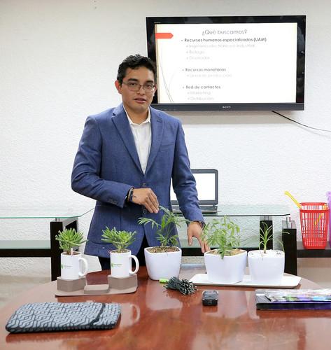 Presentación de su proyecto Ilumiplant: Generación de energía eléctrica a partir de plantas ante el comité técnico de la Asociación de Empresarios de Iztapalapa.  Foto: Archivo UAM-DCS / Alejandro Juárez Gallardo.