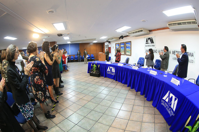 Entrega de nombramiento como Profesor Distinguido al doctor Raymundo Mier Garza.  Foto: Archivo UAM-DCS / Alejandro Juárez Gallardo.