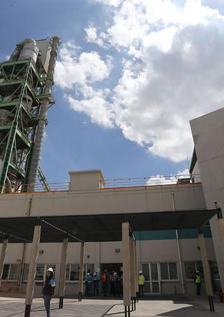 Un grupo de científicos de la Unidad Cuajimalpa de la Universidad Autónoma Metropolitana (UAM) creó un biorreactor de microalgas para la captura de dióxido de carbono (CO2) de gases de combustión de las compañías cementeras, el cual fue puesto en marcha en la Planta Industrial Tula en Cementos Fortaleza, en Atotonilco de Tula, Hidalgo.  Foto: Archivo UAM-DCS / Michaell Rivera Arce.