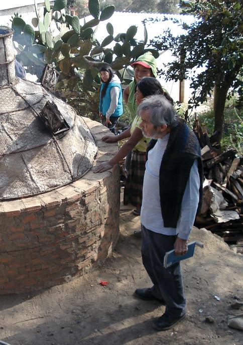 Como parte del trabajo comunitario, la UAM aportó a alfareros de Puebla el diseño de hornos de baja temperatura para producir cerámica libre de tóxicos, derivado de un convenio de colaboración con el Centro de Estudios para el Desarrollo Rural.   Foto: cortesía de los doctores Carlos Omar Castillo Araiza y Juan Manuel Oliveras, líderes del proyecto.