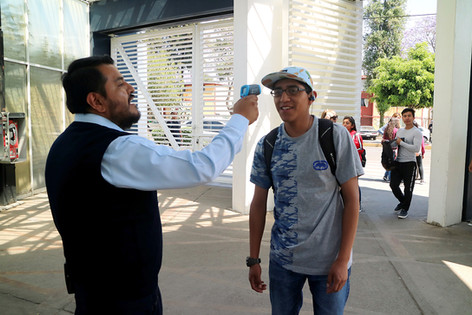 Se establecen filtros sanitarios, revisión de temperatura y gel para manos en acceso a la Unidad Xochimilco de la UAM.  Foto: Archivo UAM-DCS / Enrique López Valderrama.