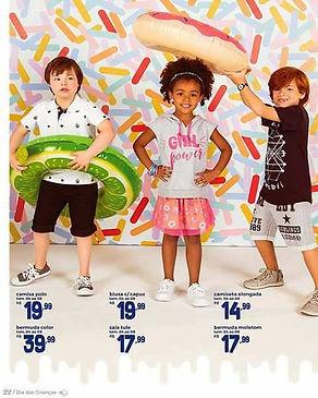 tres crianas em frente a um fundo colorido, um menino om sindrome de down, com uma boia de limao, ma menina negra com maos na cintura e um menino segurando uma boia acima da cabeca da menina.