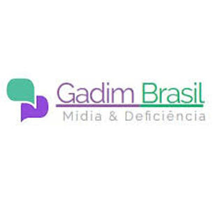 Two speech baloons, one purple, the other green superposed. Gadim Brasil - Midia e deficiencia. logo.