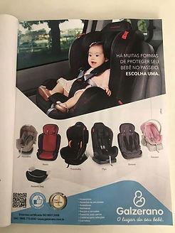menina com sindrome de down sentada em cadeirinha de bebe no carro. abaixo, varios modelos de cadeira da marca Galzerano.
