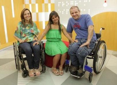 Juliana Oliveira, em cadeira de rodas, Fernanda Honorato, que tem sindrome de Down e Zé Luiz Pacheco, em cadeira de rodas, no estúdio do Programa Especial.