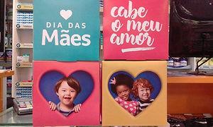"""Quatro quadrados coloridos. em um, um coracao - dia das maes. em outro - cabe o meu amor. em outro, um menino com sindrome de down olha por uma """"janela""""de coracao, em outro, uma menina e um menino aparecem numa """"janela""""de coracao."""