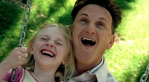 homem e menina riem enquanto estao em balanco.\
