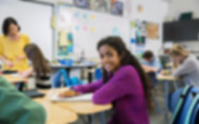 Flicka i klassrummet