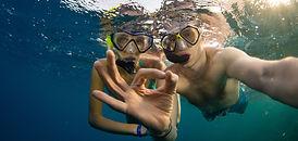 un couple faisant du snorkeling