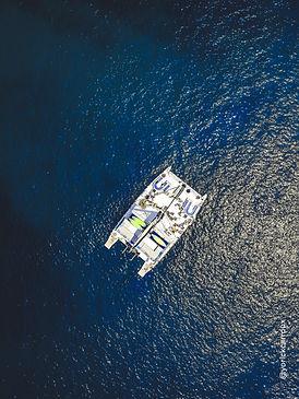 vue drone d'un catamaran en mer