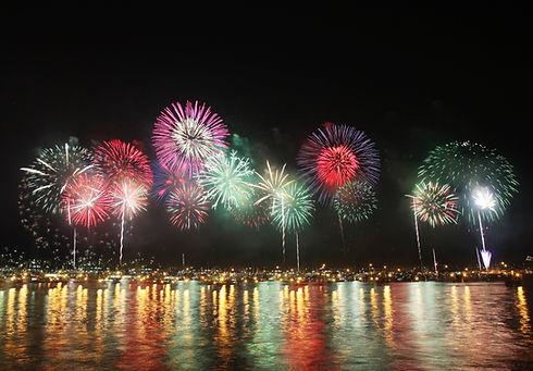 vue d'un feu d'artifice en mer