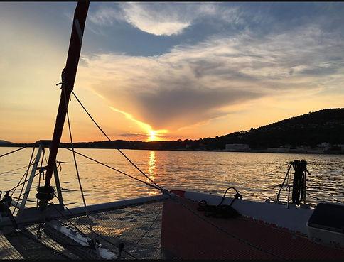 Coucher de soleil en mer à bord d'un catamaran