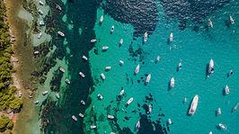 Iles de Lérins de Cannes vue du ciel, bateaux en mer entre les deux îles avec eau turquoise