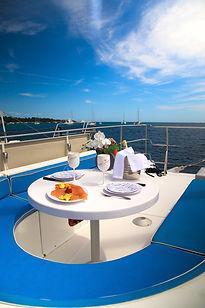 déjeuner en mer à bord d'un catamaran