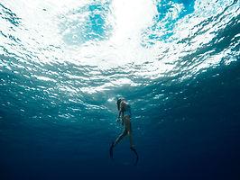 femme nageant sous l'eau avec des palmes