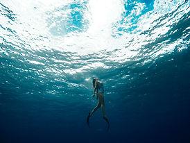 Femme nageant sous l'eau avec palmes