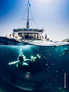 sortie en mer en catamaran à saint raphaël dans le sud de la France avec baignade