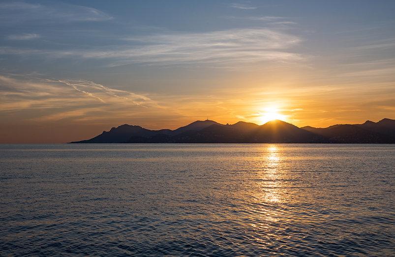 Coucher de soleil en mer, bateau, catamaran, littoral varois, Var