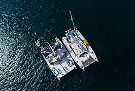 deux catamarans en mer