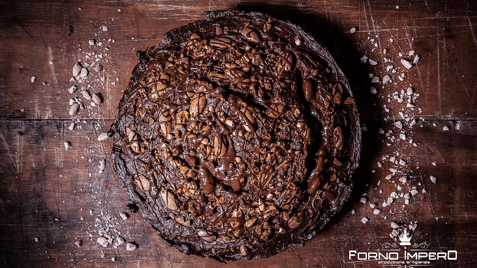 Torta al cacao con mandorle tostate all'interno