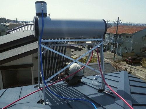 真空管式太陽熱温水器の設置作業(屋根)