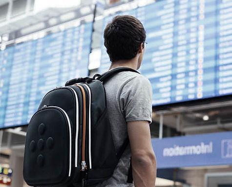 Jovem rapaz a ver o horários dos aviões no aeroporto