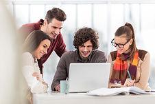 quatro alunos do ensino superior a estudar em conjunto