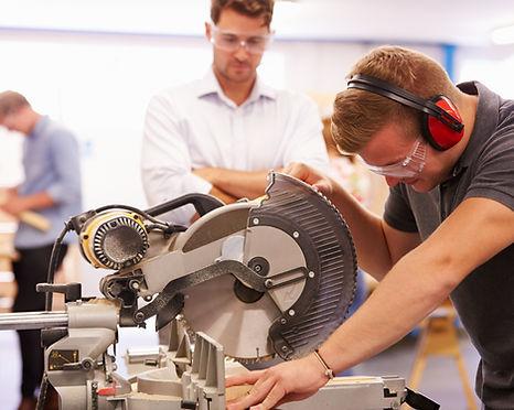 Rapaz a trabalhar com máquina de corte