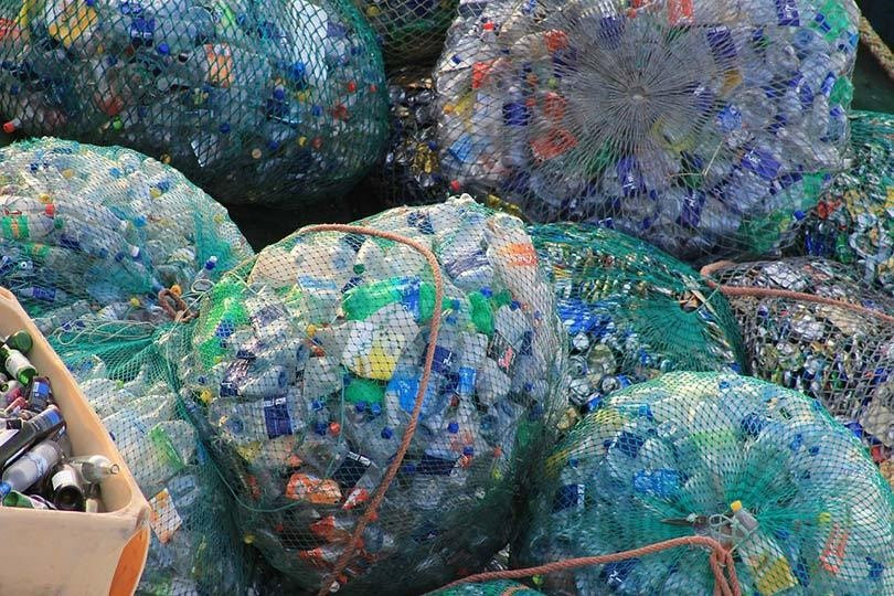 Amontoados de garrafas PET para reciclagem