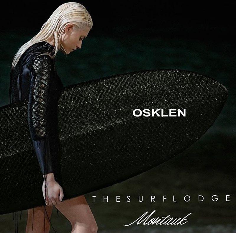 Modelo surfista usando trajes e com uma prancha feita de pele de peixe pirarucu