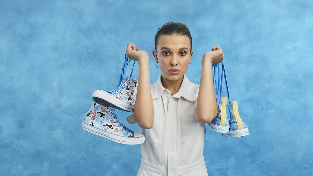 Millie Bobby Brown apresentando seus tênis em parceria com a Converse