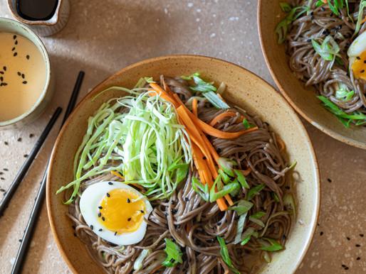 Nouilles soba sautées aux légumes et sauce au sésame